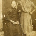 Живановић Даница ( седи – рођ. 1876 ) са ћерком Надом ( стоји – рођ. 1904 ). Мати и сестра Ђоке Живановића – Змаја. Фотографија из 1915. године.