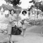 Јовановић Живка и Живановић Мирјана на Пепином ћошку, види се лева страна Крњешевачке улице, од старе Ролетове куће, фотографија снимљена 1967 године.