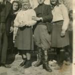 Мишкелић Илија, Вујчић Оља, Арсенијевић Жика ( Пурђа ), Ђурић Мица, са леве на десну, негде 1945/46 година, поред старог споменика, сада се налази у порти цркве.