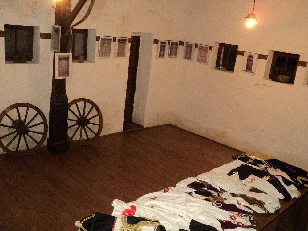2. Етно соба са ношњама и  фотографијама старих врата